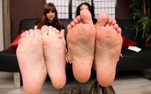 Jenny's und Amber's Fuß- und Zahlsklave